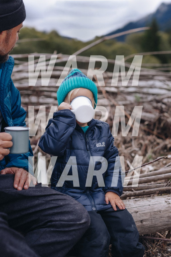 Kind trinkt warmes Getränk