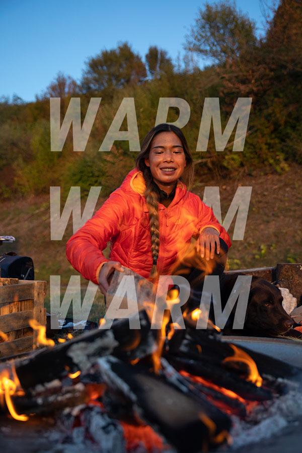 Frau amLagerfeuer mit Winterjacke